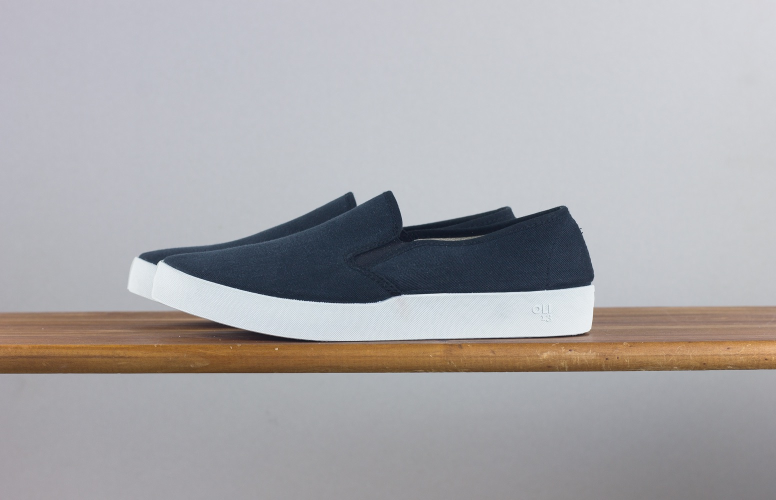 OLI13 black white slipon